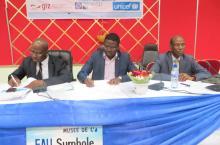 Juste Nansi (centre) facilitant la table-ronde sur le positionnement stratégique du secteur